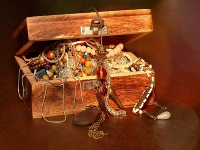Guld og sølv smykker i kiste